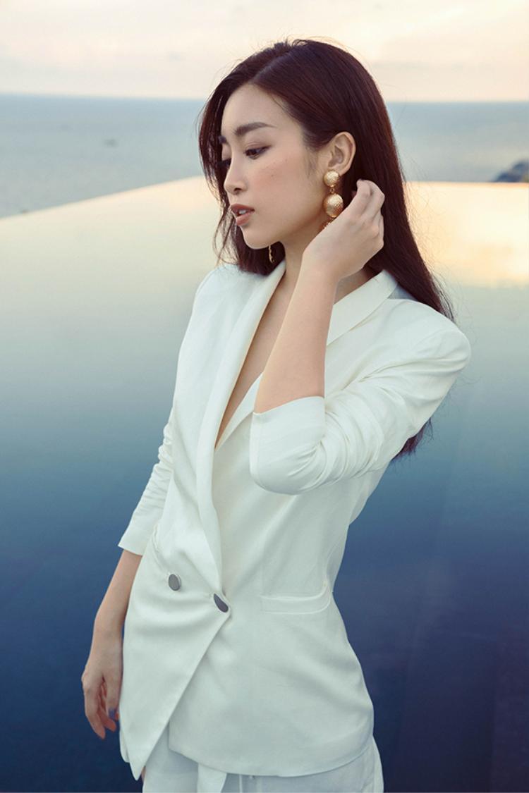Thanh lịch và gợi cảm với vest trắng form dáng mềm mại, nữ tính.