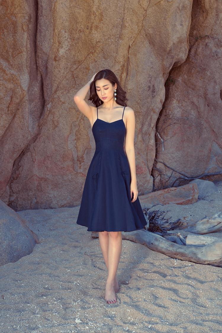 Chiếc váy 2 dây kiểu dáng đơn giản cùng màu sắc trang nhã rất phù hợp cho các cô nàng đi dạo phố, đi biển.