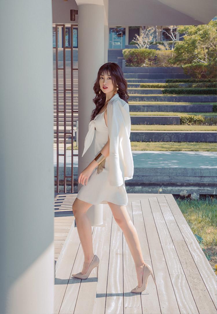 Phong cách hiện đại được khắc hoạ rõ nét qua các kiểu váy ngắn liền thân phối cùng blazer thanh lịch.