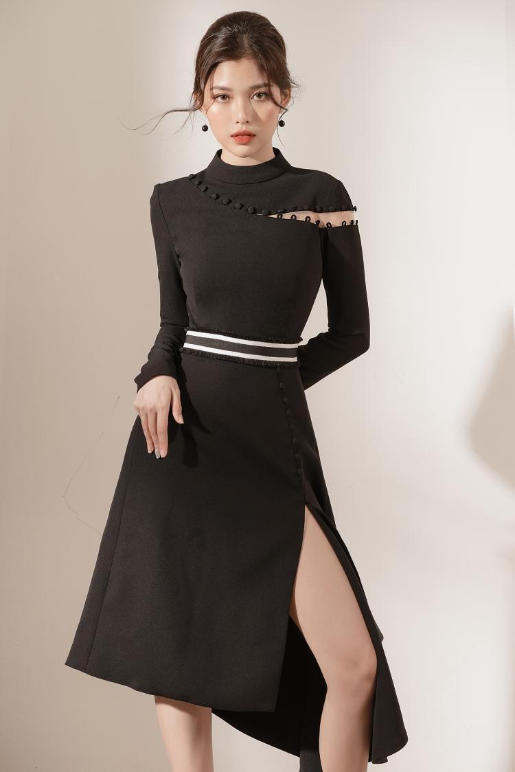 Áo đầm dài xẻ tà ở chân cùng với các khuy nút cách điệu trên phần ngực