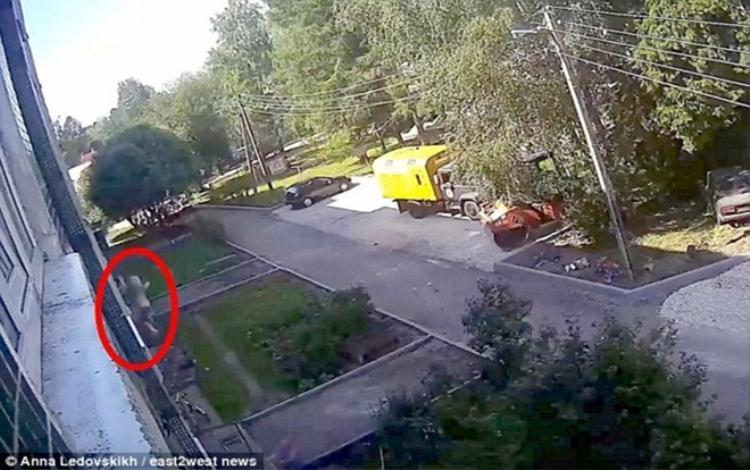 Cậu bé 3 tuổi bất ngờ ngã xuống từ cửa sổ tầng 4. Ảnh Dailymail