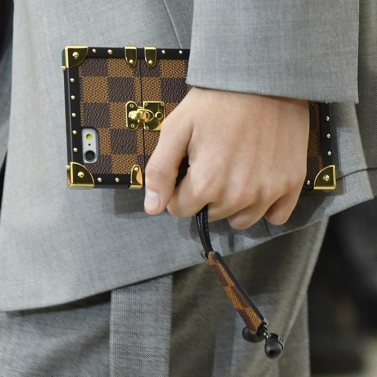 Chiếc ốp lưng được thiết kế lấy cảm hứng từ một mẫu túi xách nổi tiếng của LV.