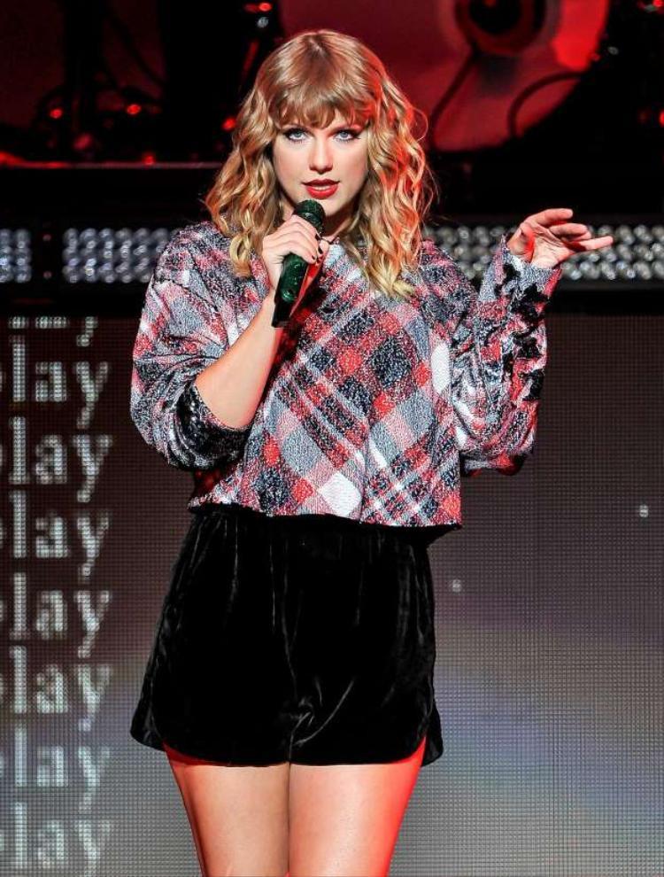 Chặng đường đến đỉnh vinh quang của BTS khiến nhiều người liên tưởng đến đàn chị Taylor ở trời Tây.