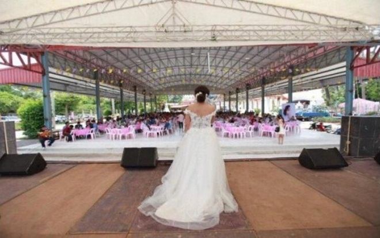 Manow Jutathip Nimnual xin lỗi quan khách vì chú rể không tới lễ cưới. Ảnh: The Nation