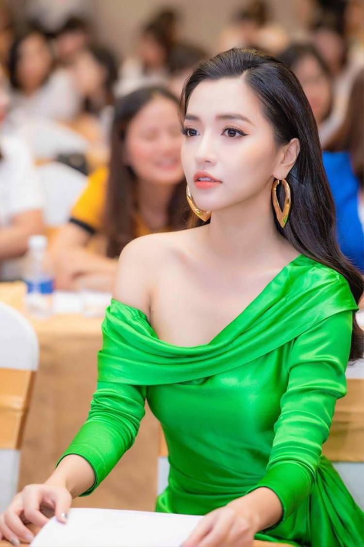 Ngoài ra, showbiz Việt lại tiếp tục ghi danh một pha đụng hàng mới, và mỹ nhân lần này chính là Bích Phương.