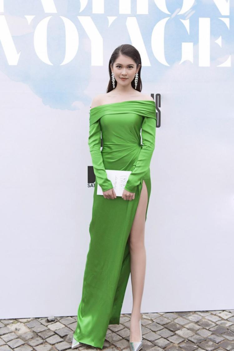Và mỹ nhân đọ sắc cùng Bích Phương lần này chính là á hậu Thùy Dung, trang phục ôm dáng giúp cô nàng khoe trọn thân hình không chút mỡ thừa, đồng thời giúp người đẹp chiếm một vị trí trong nhiều bảng xếp hạng sao đẹp.