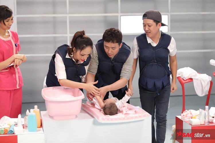 """… thì Trấn Thành cũng sẵn sàng hỗ trợ khi Song Giang """"rối bời"""" vì em bé khóc."""