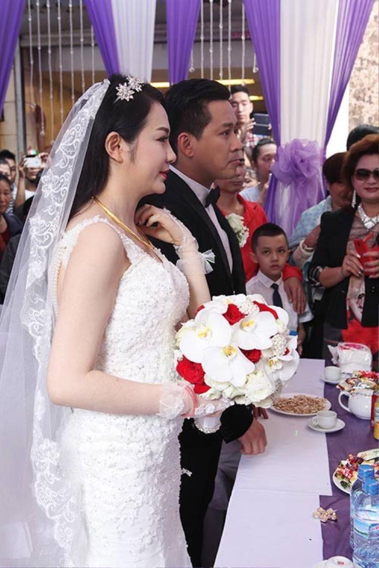 """Vợ Tuấn Hưng lộ bụng to """"lùm xùm"""" trong ngày cưới."""