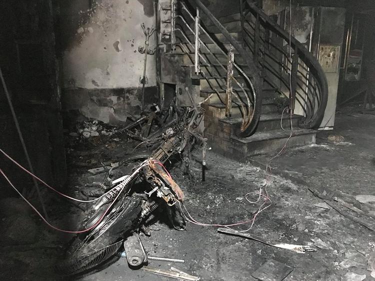 Bên trong nhà nhiều đồ vật cháy nham nhở.