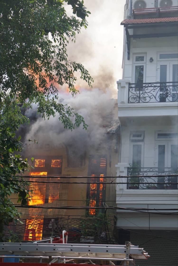 Ngôi nhà bùng cháy dữ dội.