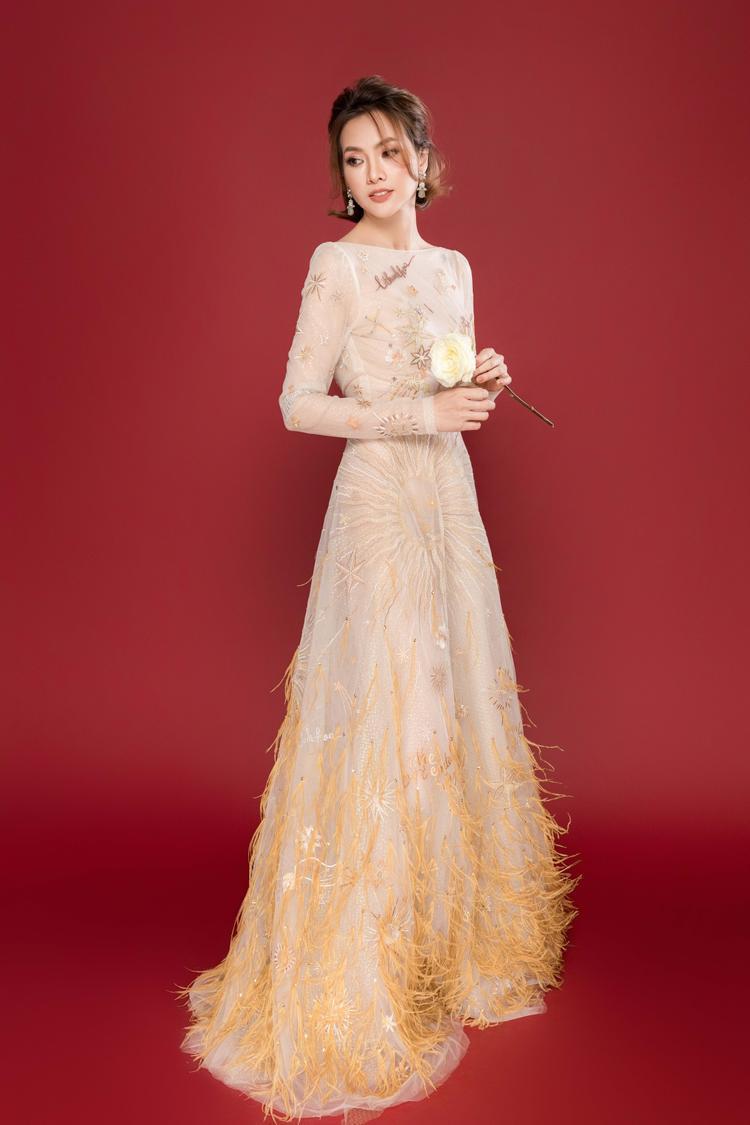 Dịu dàng, yêu kiều với váy dài chất liệu voan mỏng, nhẹ màu sắc trang nhã rất được các mỹ nhân Việt yêu thích thời gian gần đây.