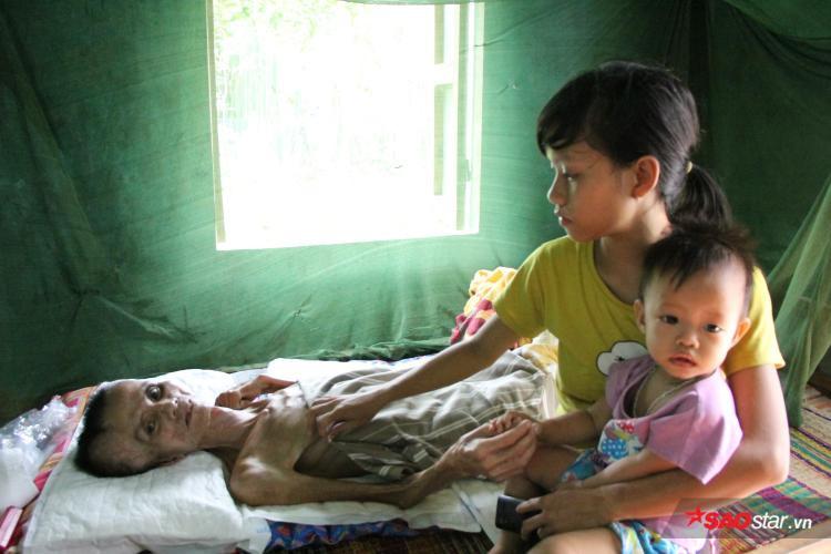 Cô con gái út dù đã lấy chồng nhưng hoàn cảnh nghèo khó vẫn ở với ba mẹ, không đỡ đần được gì hơn.