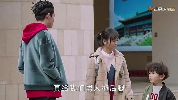 Sam Thái đi hẹn hò cùng A Tự còn dắt theo Tiểu Long khiến A Tự rất khó chịu.