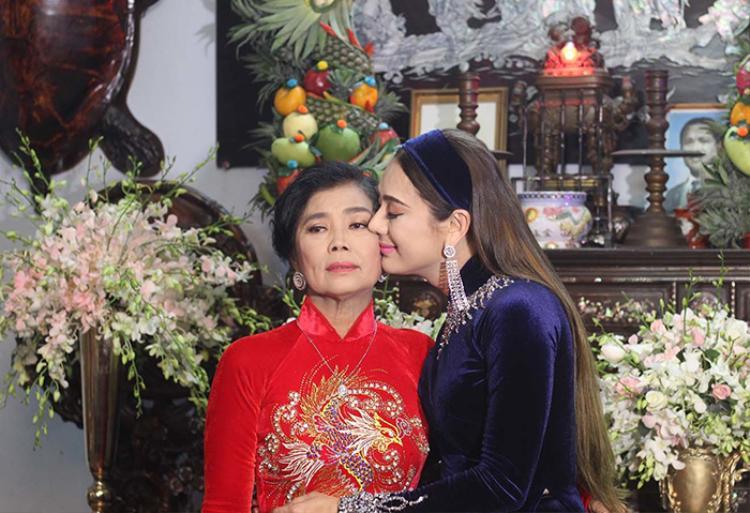 Mẹ chồng Lâm Khánh Chi đẹp mặn mà xuất hiện trên truyền hình, khen con dâu chuyển giới hết lời