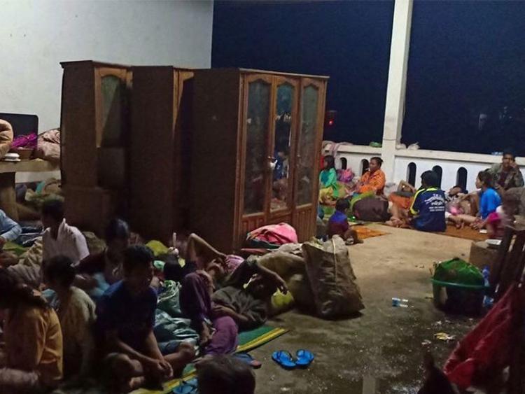 Người dân nằm la liệt tại điểm tạm trú.