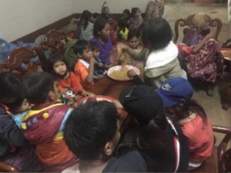 Những đứa trẻ tranh nhau ăn mì tôm cứu trợ.