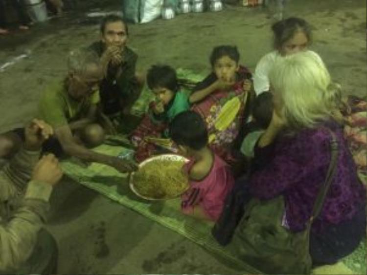 Mì tôm là lương thực chính dành cho người dân trong những ngày chống chọi với vụ vỡ đập.