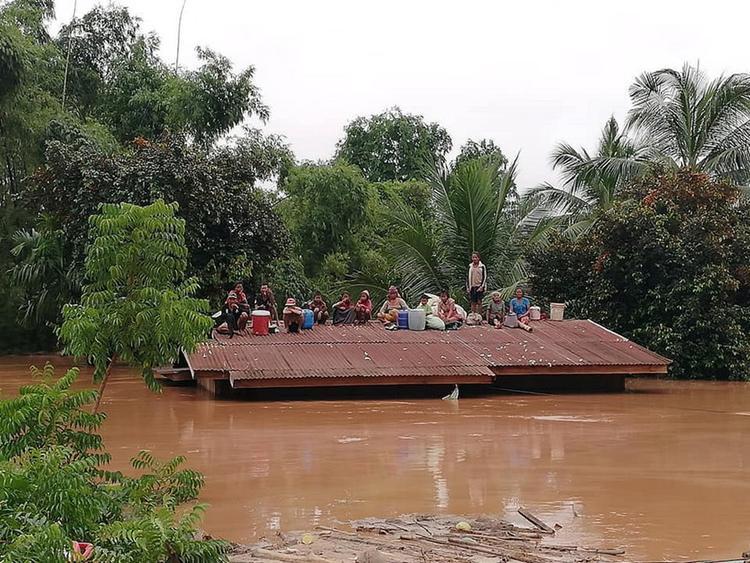"""Sự cố vỡ đập thủy điện tại tỉnh Attapeu, Lào vào đêm 23/7 khiến ít nhất 20 người chết, 100 người vẫn mất tích và hàng nghìn người mất nhà cửa.Con đập bị vỡ là một đập phụ, được gọi là """"Đập D"""", thuộc một phần của mạng lưới 2 đập chính và 5 đập phụ của dự án thuỷ điện Xe Pian Xe Namnoy. Dự án này đã hoàn tất 90% và sẽ đi vào hoạt động thương mại vào năm sau. Công ty xây dựng và kỹ thuật SK - công ty Hàn Quốc tham gia dự án trên cho hay, các vết nứt được phát hiện từ hôm 22/7, trước khi sự cố vỡ đập xảy ra."""