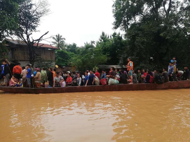 Vụ vỡ đập khiến 5 tỷ m3 nước đổ xuống, hàng ngàn người dân lâm vào cảnh màn trời chiếu đất. Nhiều phụ nữ và trẻ em bị mắc kẹt trên mái nhà, trong khi đó, nhiều người phải sơ tán tới điểm tạm trú.
