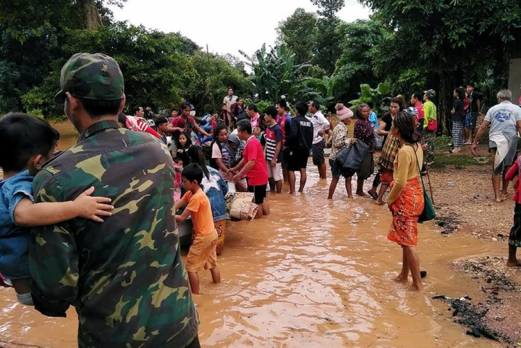 """Một quan chức Lào cho biết, hàng chục người có thể đã chết và hàng trăm người vẫn còn mất tích. """"Chúng tôi vẫn đang tiếp tục công tác cứu hộ nhưng điều kiện quá khó khăn khiến việc cứu hộ không hề đơn giản. Hàng chục người đã chết và con số này chắc chắn sẽ còn tăng cao"""", ông nói."""