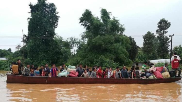 Người dân sơ tán bằng thuyền khỏi khu vực bị ảnh hưởng. Ảnh: Getty