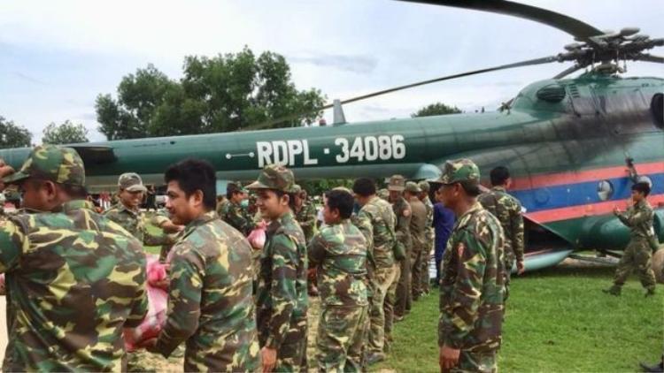 Giới chức huy động trực thăng và lực lượng cứu hộ giải cứu những người dân bị ảnh hưởng bởi sự cố vỡ đập thủy điện. Ảnh: Getty