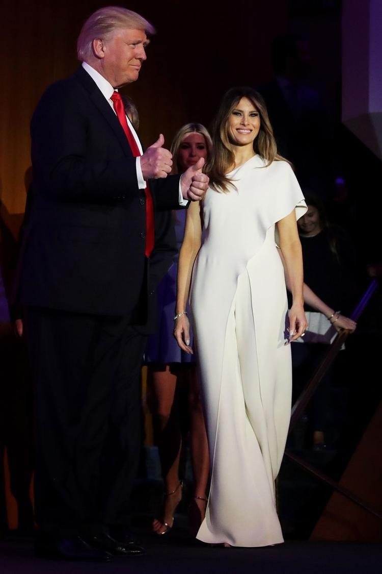 Một trong những thiết kế mang màu sắc này khiến bà Melania nhận vô số lời khen chính là bộ jumsuite kiểu cách được bà vận trong ngày bầu cử của chồng thuộc thương hiệu Ralp Lauren.