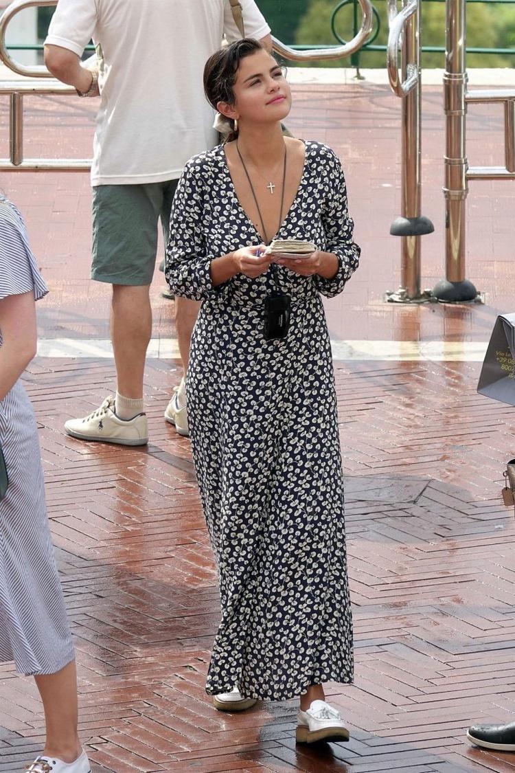 Váy maxi dài tay tối màu rộng rãi thích hợp khi đi biển.