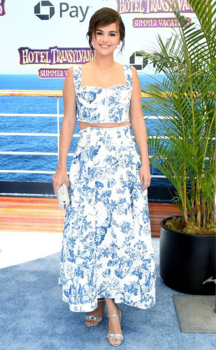 Cô thu hút mọi ánh nhìn với áo crop top - chân váy hoa xanh .