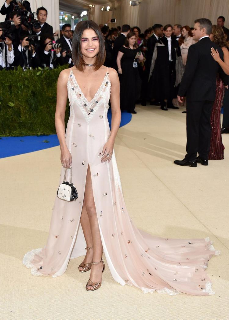 Selena Gomez xuất hiện tại MET Gala 2017 trong chiếc đầm hoa của Coach xinh đẹp và cá tính