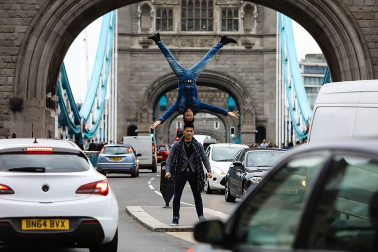 Quốc Cơ  Quốc Nghiệp chồng đầu đi khắp đường phố nước Anh trong sự ngưỡng mộ của nhiều người