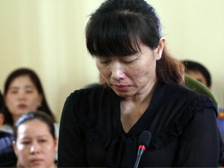 Bà Linh trả lời tòa về lý lịch. Ảnh: VNE.