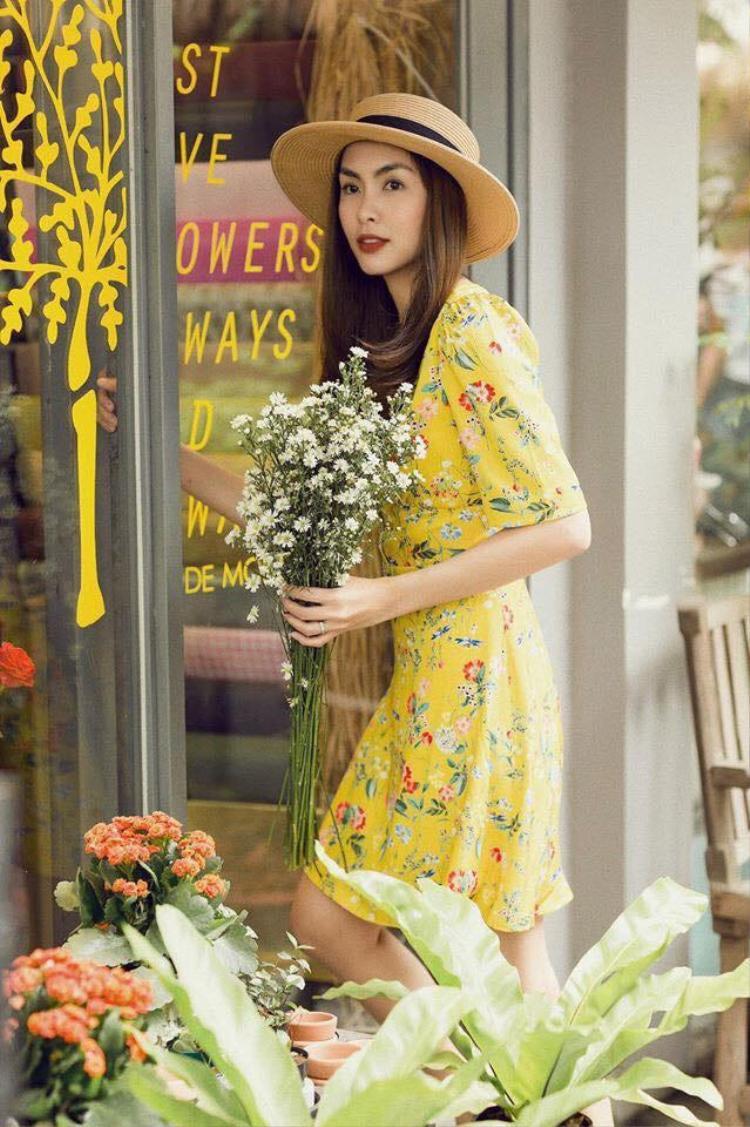 Váy hoa kiểu dáng hơi cổ điển cũng là một trong những item được Ngọc nữ làng điện ảnh Việt lựa chọn. Cả set đồ tựa như ánh nắng khiến cô tràn đầy sức sống.