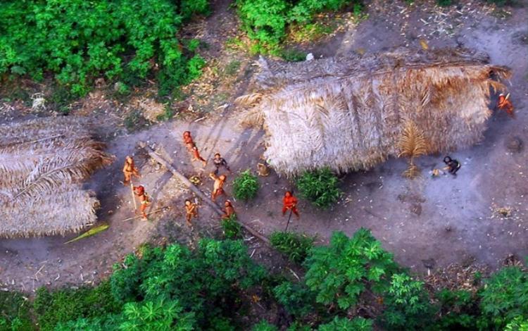 Những người sống trong rừng sâu Amazon giương cung tên khi thấy máy bay lượn trên bầu trời. Ảnh Odditycentral