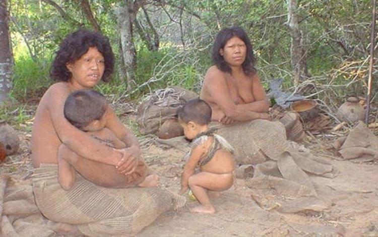 Các thành viên của bộ lạc Ayoreo-Totobiegosode Paraguay vào ngày họ được tìm thấy lần đầu tiên vào năm 2004. Ảnh: Odditycentral