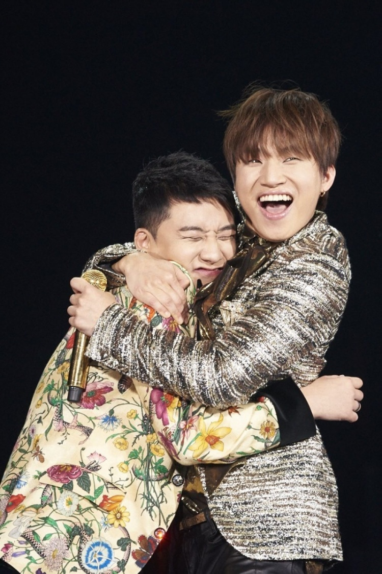 Daesung và Seungri có những bức hình vô cùng thân thiết như thế này.
