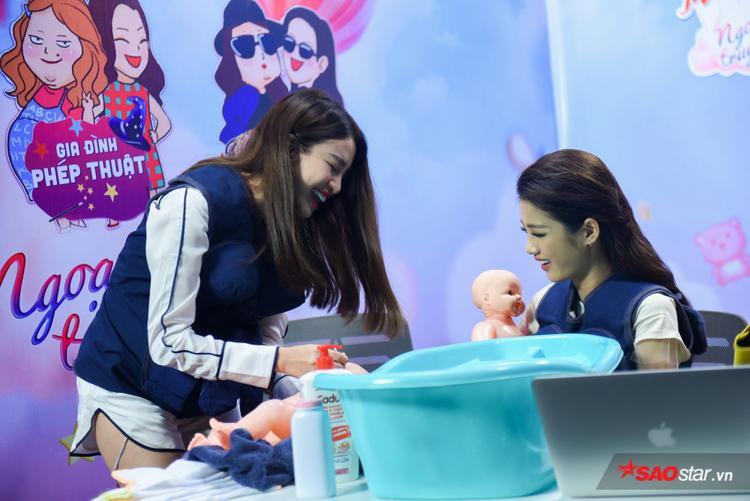 Tú Hảo không ngừng kiếm chuyện với Mỹ Duyên  Thiên Nga trong thử thách tắm em bé