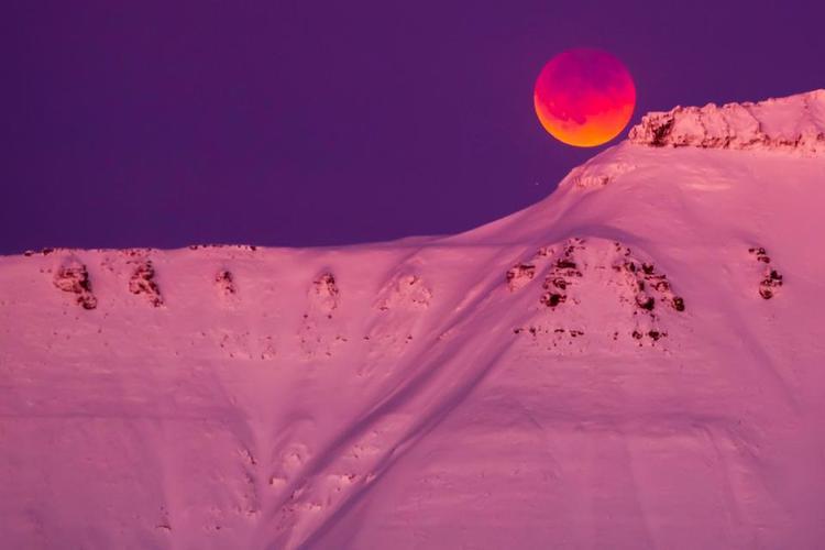 Mặt trăng sẽ biến thành màu đỏ khi ánh sáng từ mặt trời đi qua bầu khí quyển của Trái đất.