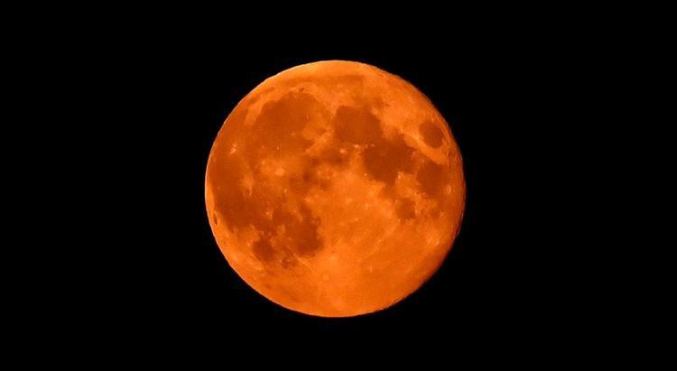 """""""Mặt trăng máu"""" là hiện tượng vũ trụ hiếm gặp, chỉ xảy ra khi Mặt trăng bị bóng của Trái đất che khuất."""