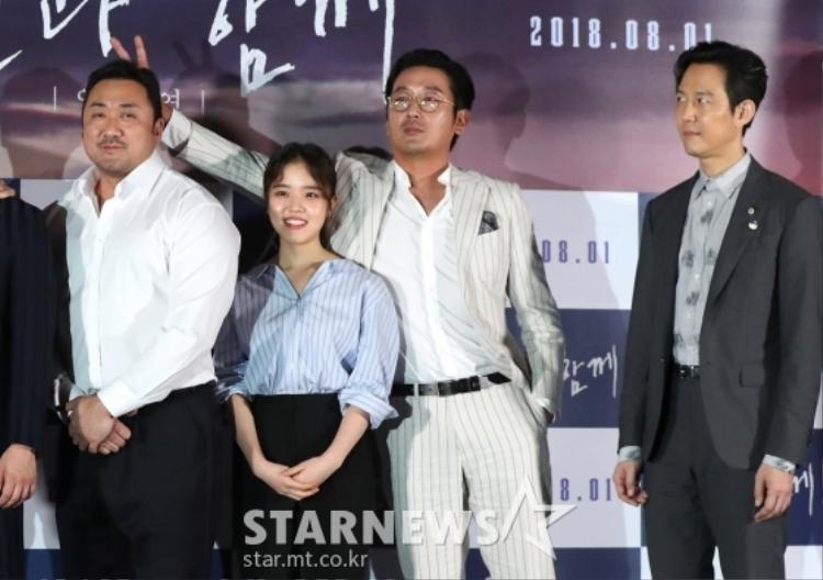 Chết cười với ánh mắt như kiểu giận hờn vu vơ của Lee Jung Jae khi bắt gặp anh em cùng nhà giỡn với người khác.