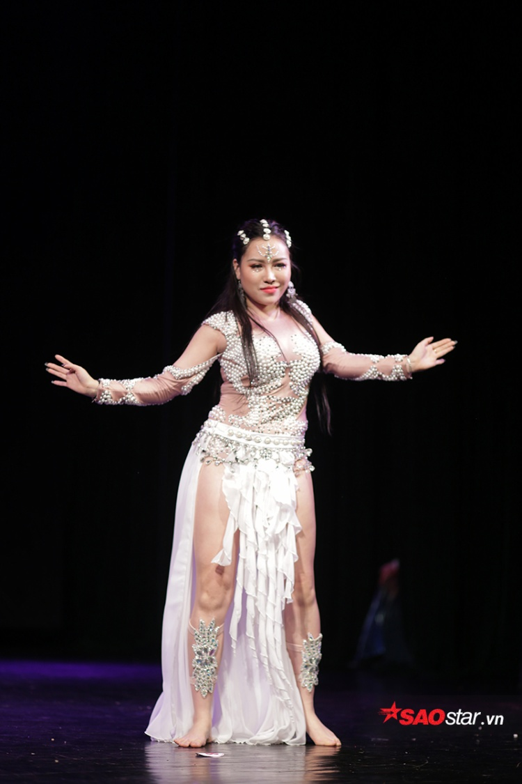 Cô đạt được nhiều thành tích trong và ngoài nước như: Vô địch Bellydance Châu Á Thái Bình Dương, lọt vào Bán kết cuộc thi Tìm kiếm tài năng Việt Nam mùa thứ 3…