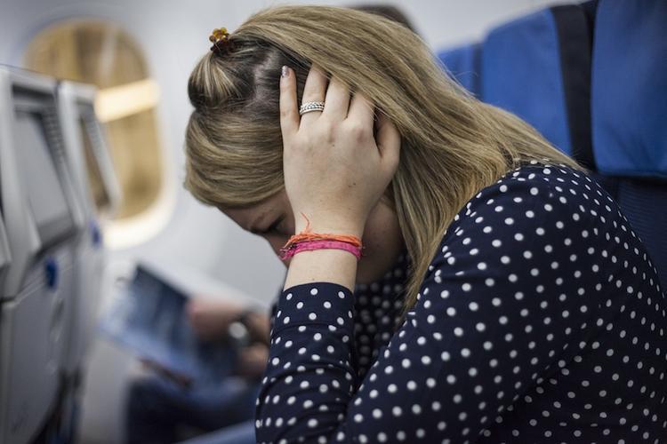 Vì sao đi máy bay lại hay bị đau tai, đây là những chiêu đơn giản giúp bạn cảm thấy dễ chịu hơn