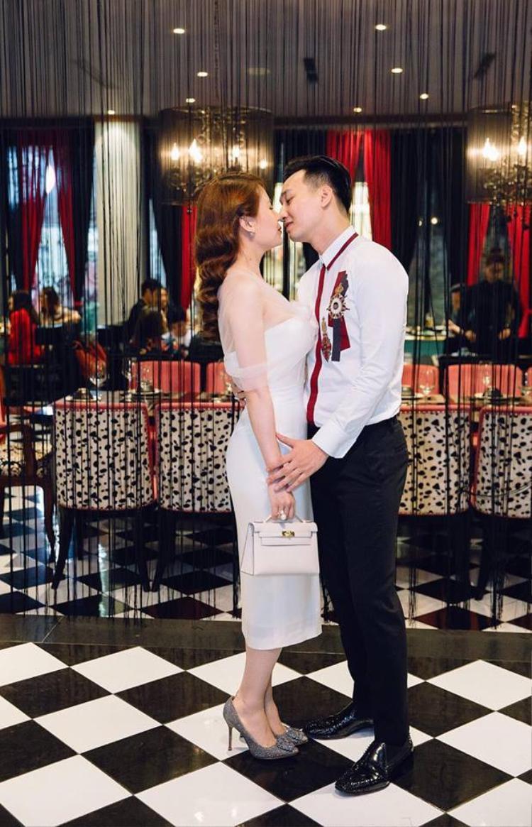 Duyên số của cặp đôi bắt nguồn từ chiếc vé xem Táo Quân. Mục đích làm quen và đi chơi với Thành Trung chỉ để Ngọc Hương kiếm được một cặp vé xem Gala Táo Quân cuối năm.