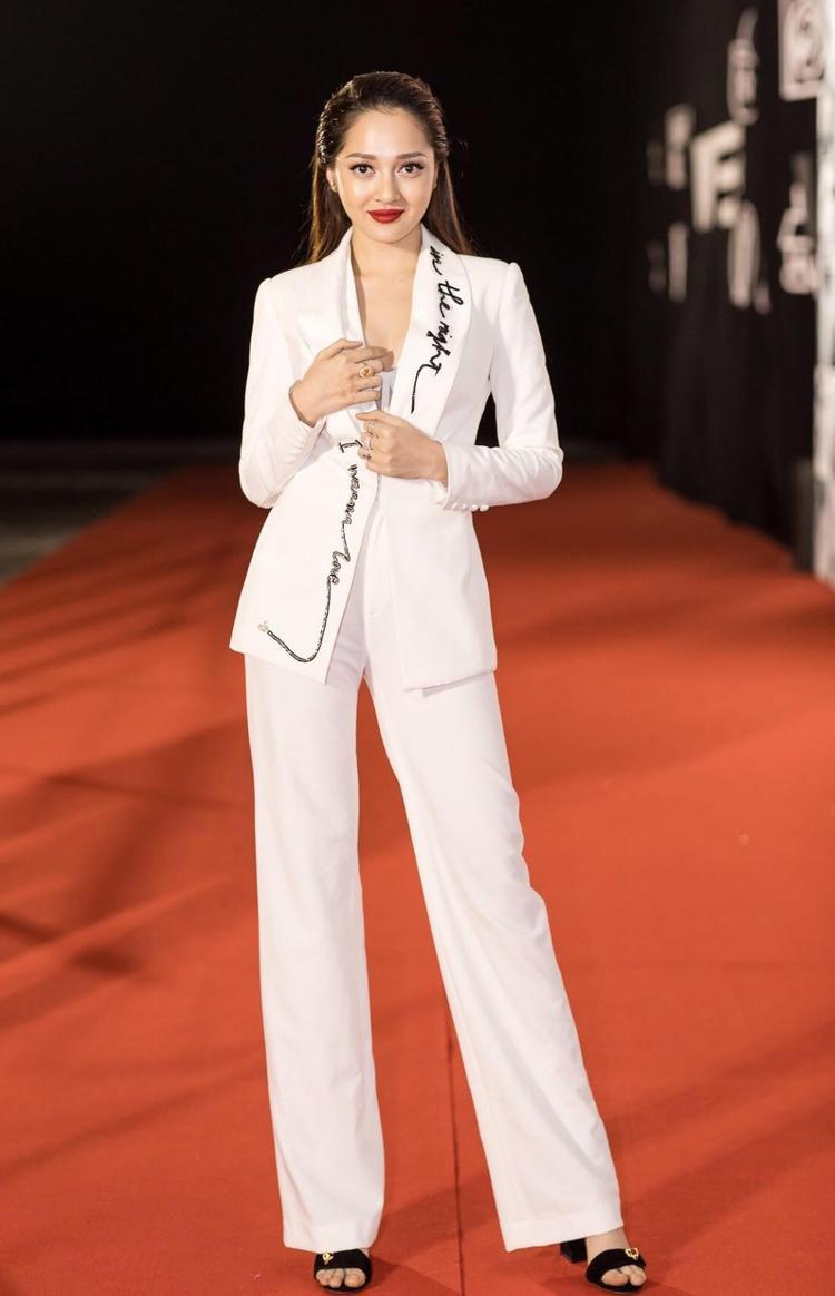 """Bảo Anh là một trong những sao Việt mê mẩn phong cách này. Nữ ca sĩ rất tinh tế khi sử dụng chiếc áo vest thêu họa tiết chữ viết tay, giúp set đồ không bị """"trơn tuột""""."""