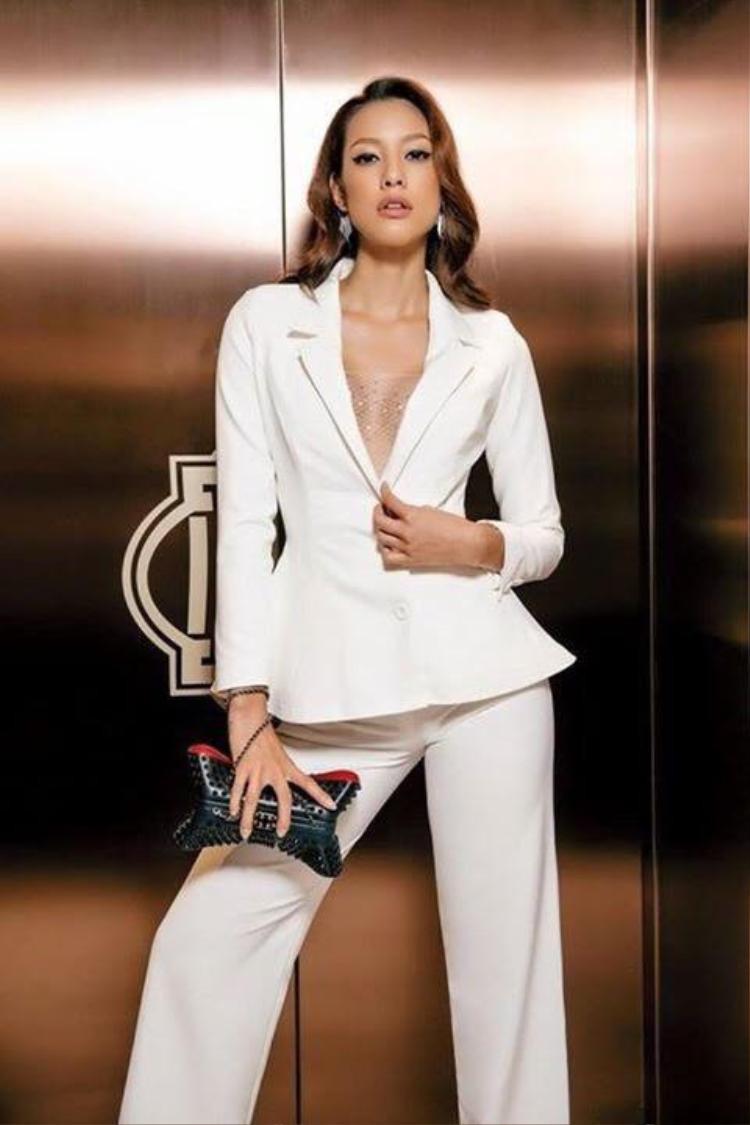 Người đẹp The Face LiLy Nguyễn mix cây suit này cùng chiếc áo lưới mong manh đính hạt cườm phía trong.