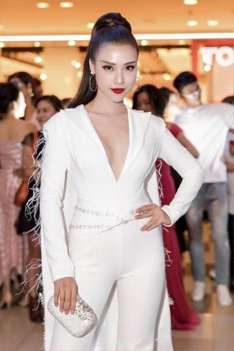 Tuy nhiên, nếu muốn mặc kiểu trang phục này, các nàng nên chú ý kỹ trong việc lựa chọn phom dáng.