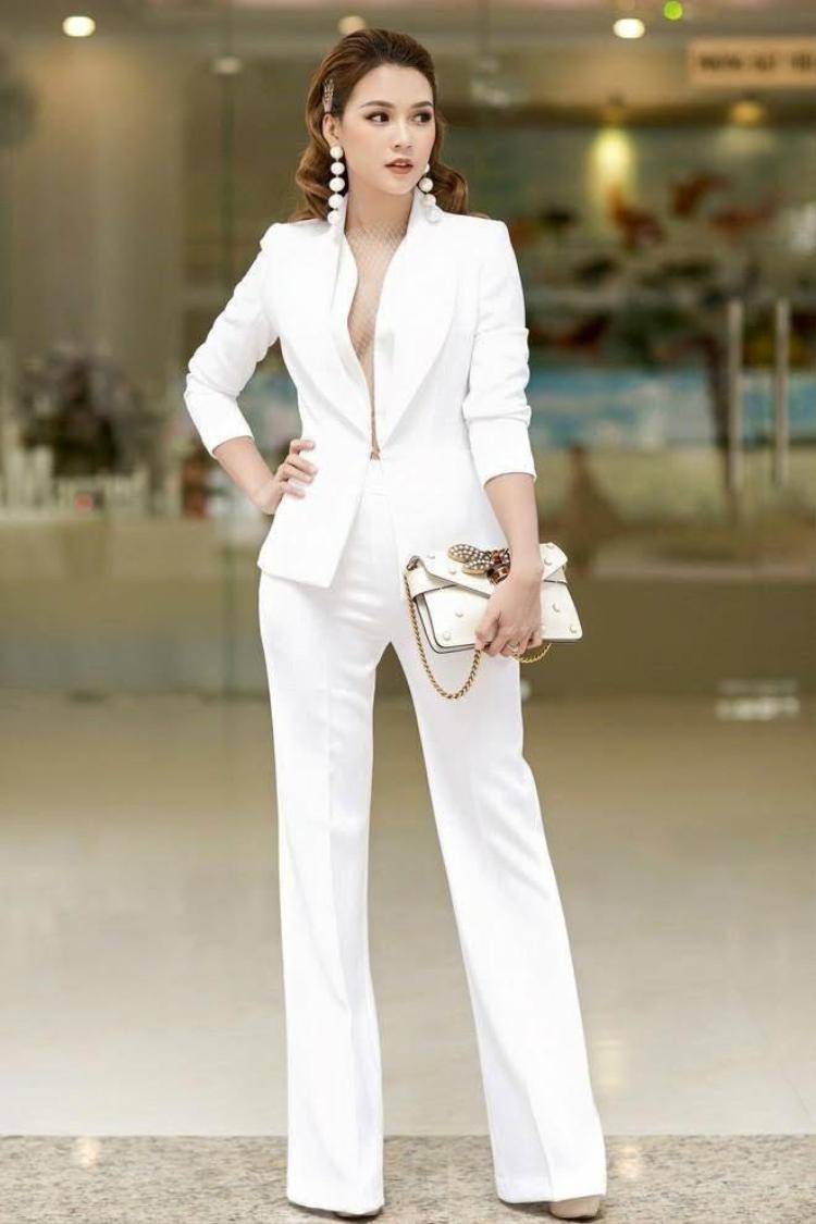 Những bộ suit không được quá rộng, cần may ôm và cắt sao để rõ được đường cong.