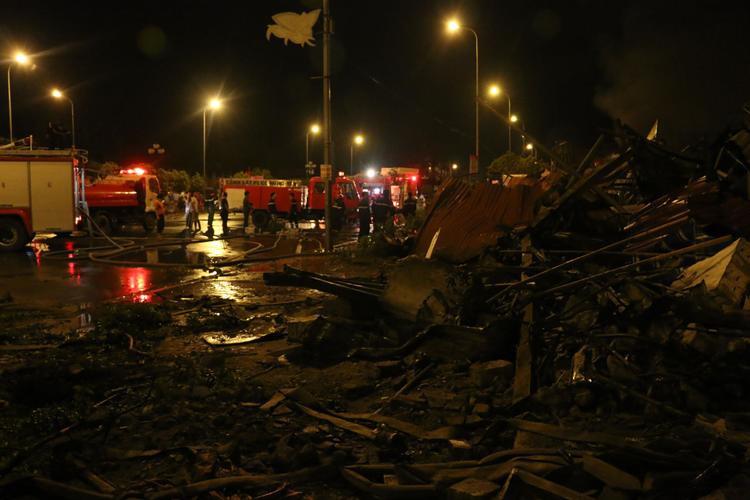 Lực lượng chữa cháy vẫn túc trực làm mát những khu vực có thể xảy ra hoả hoạn trở lại.