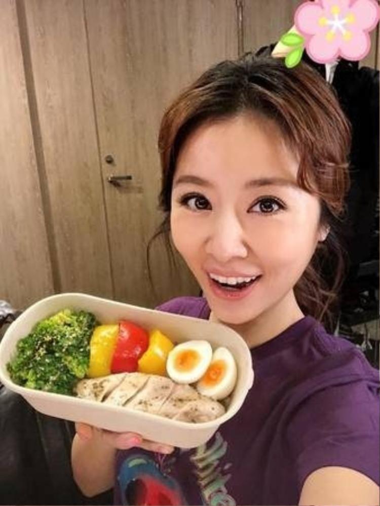 Cô kết thân với các loại thực phẩm tốt như ức gà, trứng, rau củ, bông cải xanh..