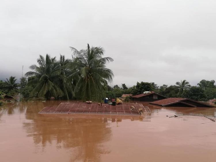 Gần 7.000 người phải di tản sau khi đập thủy điện bị vỡ. Ảnh: Attapeu Today.